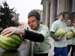 Pražští studenti vyhodili z Pravnické fakulty Univerzity Karlovy symbolicky 90 melounů jako symbol milionů, které stály přípravy zákonů reformy vysokých škol. Protest chystají také studenti brněnských vysokých škol.