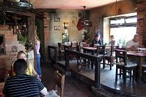 Interiér restaurace obsahuje také mexické prvky.