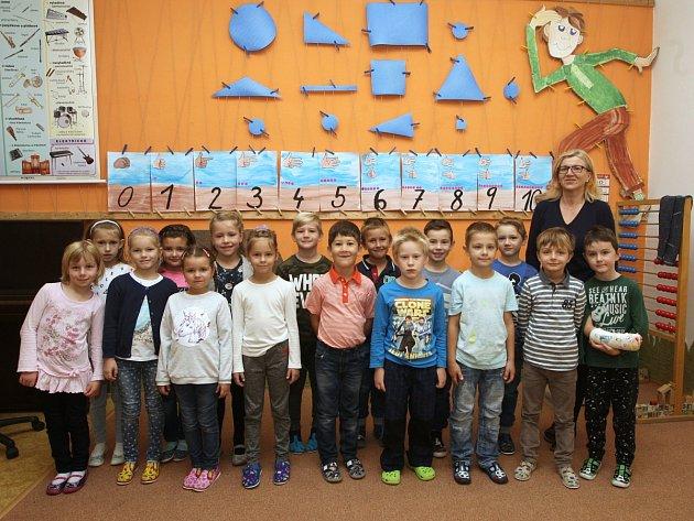 Žáci 1.třídy ze ZŠ vRajhradicích spaní učitelkou Pavlou Škrabalovou.