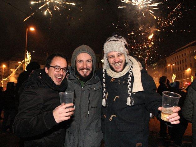 Silvestrovské veselí na brněnském náměstí Svobody.