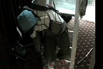 Drzí zloději klidně při svém řádění prorazili strop a vlezli do místnosti po žebříku.