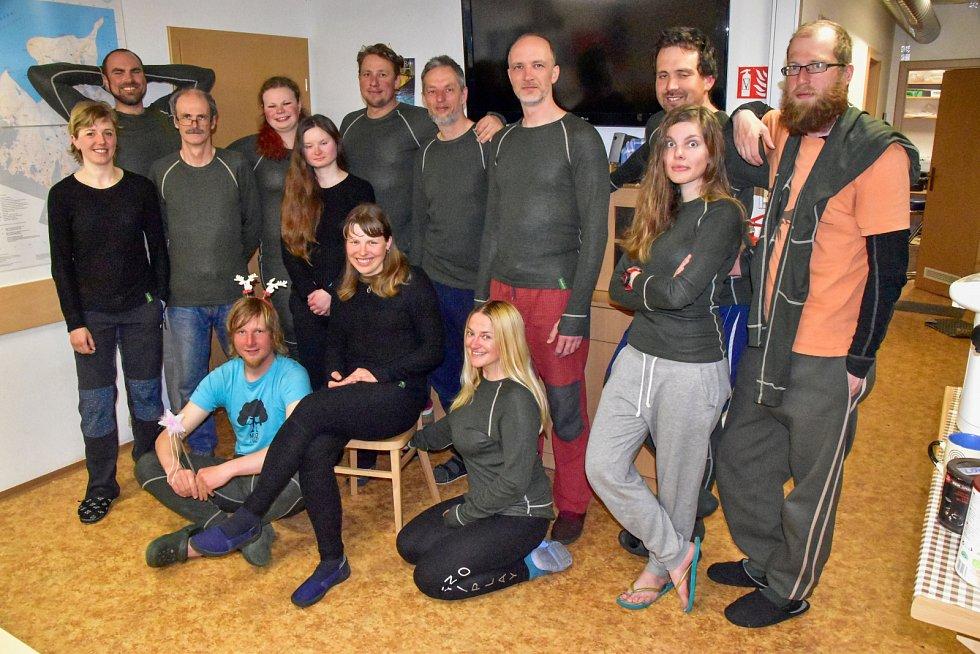 Členové expedice pózují v interiéru společenské místnosti České vědecké stanice J. G. Mendela. Funkční prádlo v provedení termoizolační (černá barva) a termoregulační (zelená) se stalo nedílnou součástí života na stanici.