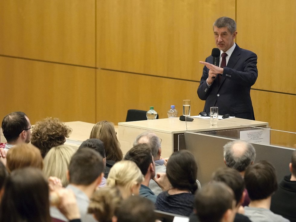 Na úterní přednášky ministra financí Andreje Babiše na brněnském Vysokém učení technickém a Mendelově univerzitě dorazily stovky studentů. Část z nich narušila průběh vypuštěním balónků, které se ale nevznesly.