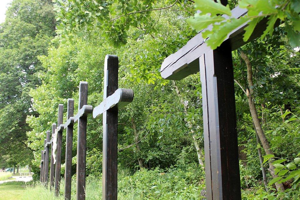 U obce Lesní Hluboké na Brněnsku mají od loňského prosince nových devět křížů.