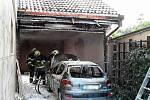 Hasiči likvidovali v pátek ráno požár osobního auta v brněnské Líšni. Zasažená byla také garáž.