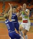 Basketbalistky KP Brno v úvodním zápase EuroCupu prohrály doma s německým Wasserburgem jednoznačně 51:73. Na snímku Galliouová a Záplatová.