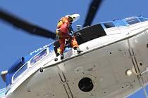 Jihomoravským záchranářům pomáhá vrtulník s vyprošťováním lidí, kteří uvízli na nepřístupných místech. Jde o oběti, horolezce uvízlé ve skalách nebo třeba ztroskotané vodáky. Své umění předvedli v pátek v Brně.