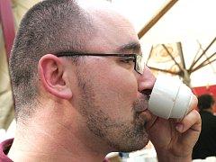 Brněnští milovníci kávy v úterý uspořádali kávovou párty Coffee right.