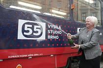 Speciální červenomodrá tramvaj s číslem 55 bude po celý následující rok jezdit ulicemi Brna. Připomíná pětapadesáté výročí brněnského studia České televize.
