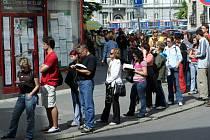 Fronta lidí čekajících na lístky na koncert Jaromíra Nohavici.