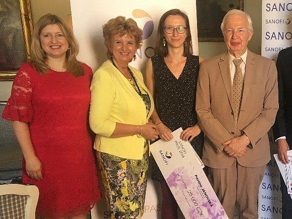 Vědkyně Pavlína Janovská (druhá zprava) převzala ocenění od Jean-Marie Lehna (vpravo).