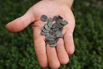 Archeologové našli ve Vlněně staré mince. Ukrývaly se ve studni.