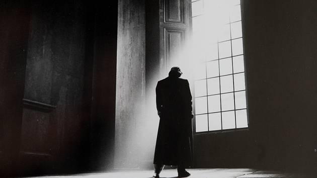 Být, či nebýt. Snímek ze Shakespearovy hry Hamlet, kterou v londýnském divadle Almeida Theatre nastudoval Jonathan Kent.