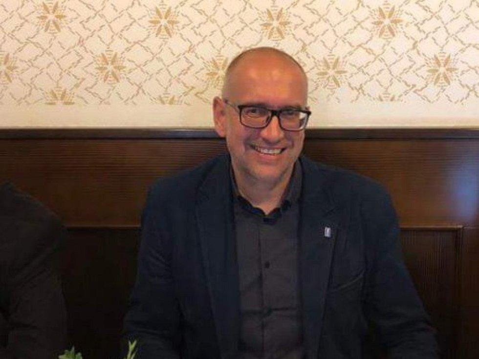 Kandidát do Senátu MIkuláš Bek v brněnském štábu ODS čeká na výsledky voleb.