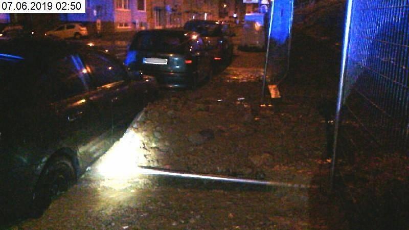 Říčanskou ulici zablokoval sesuv půdy, kdy se ze svahu nejspíš vlivem silného deště vyplavilo větší množství zeminy.