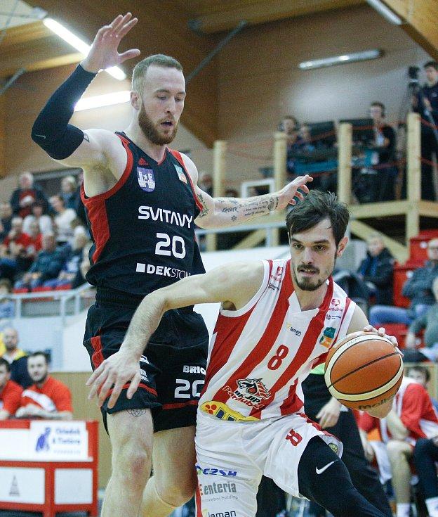 Druhá letošní posila Basketu Brno Šimon Puršl (v černém) svádí ještě v dresu Svitav souboj s Viktorem Pulpánem, který se stal hráčem Brna na začátku července.