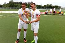 BRNĚNŠTÍ ŠAMPIONI. Patrik Levčík (na snímku vlevo) zvedl mistrovský pohár s kapitánem Tomášem Pospišem.