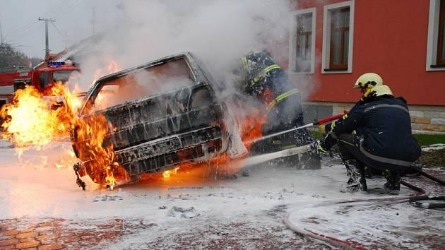 Hasiči likvidují hořící Volkswagen Golf na Křivánkově náměstí v brněnském Žebětíně.