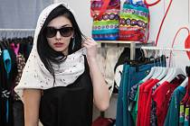 Módní přehlídku oblečení s lidovými motivy mohli ve středu večer vidět lidé v prostorách podniku Restart Shop, který poskytuje pracovní příležitosti sociálně znevýhodněným. Ke značkám, které jsou tam nyní k dostání, se připojila značka Folkdiva.