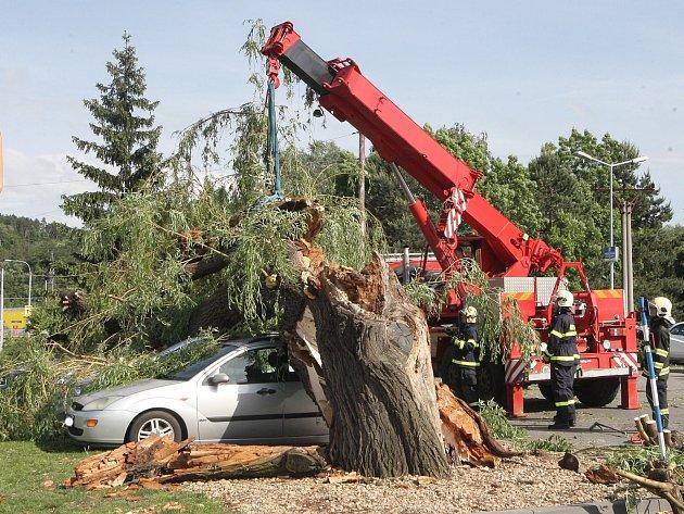 Květnová bouřka v Brně vyvrátila vzrostlou vrbu, která spadla na zaparkovaná auta.