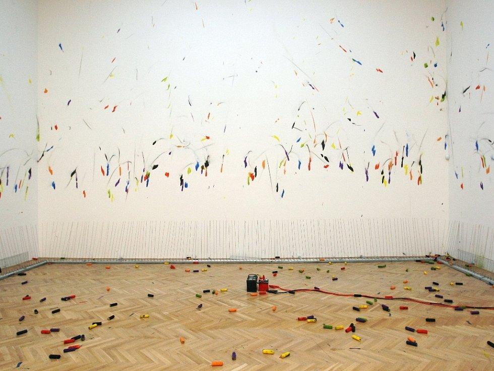 Dům umění města Brna zahájil výstavu prací studentů pěti vysokých uměleckých škol, jejíž součástí jsou instalace, videa i akční malba.