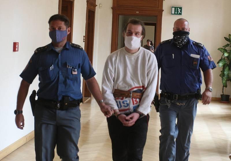 Za krádež pěti pizza bulek za šedesát korun v době nouzového stavu vyhlášeného kvůli pandemii koronaviru dostal v úterý bezdomovec Lukáš Kalina u Krajského soudu v Brně osmnáct měsíců ve věznici s ostrahou.