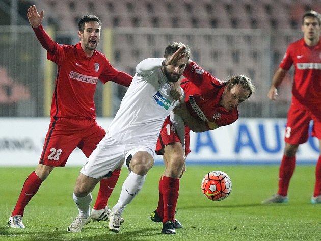 Z nenápadně vyhlížející situace se zrodila branka, která plzeňskou Viktorii poslala do čtvrtfinále Mol Cupu. Západočeši na hřišti Zbrojovky před slabou dvoutisícovou návštěvou zvítězili 1:0.