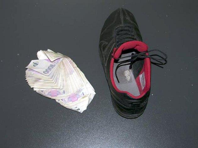 Krátkou automobilovou honičkou a pohledem do namířené pistole skončila krádež desítek tisíc korun a šperků z rodinného domu na Znojemsku. Trojici pachatelů i s penězi chytili brněnští policisté.