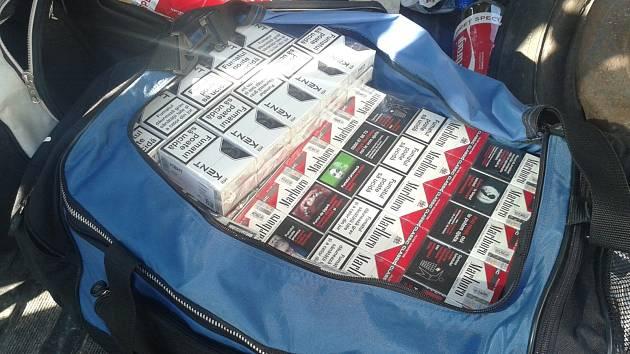 Větší množství neznačených cigaret zajistili celníci při kontrole vozidel na dálnici D2.