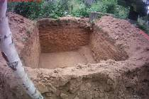Muži odváželi ze hřbitova hlínu i s kostmi.