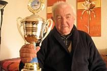 Nestor jihomoravských chovatelů poštovních holubů Břetislav Malovaný oslavil devadesáté narozeniny. Do světa poslal tisíce opeřených závodníků. Svůj životní koníček již ale opustil.