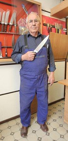 Jeden zposledních vyučených nožířů na jižní Moravě Josef Tupý.