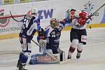 Hokejisté brněnské Komety v 47. extraligovém kole doma přetlačili Pardubice 2:1. Na snímku Langhamer, Gulaši a Starý (Pardubice).