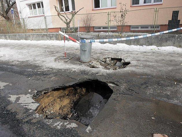 V královopolské Chlupově ulici se v pondělí dopoledne propadla ulice.