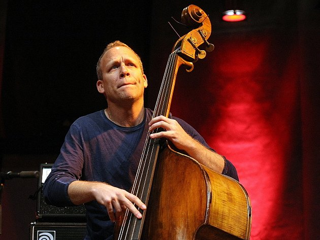 Izraelský basista a zpěvák Avishai Cohen vystoupil v prostorách brněnského Bobycentra.