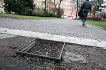 Rozbitá dlažba v parku na Moravském náměstí v Brně.