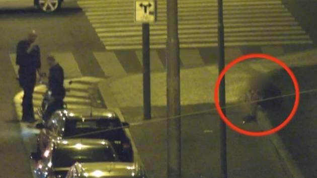 Posilnil se alkoholem a zřejmě se chtěl projet na motorce po městě. Ani napočtvrté se dvacetiletému cizinci nepodařilo na stroj, který nebyl jeho, nasednout. Muž motorku zaparkovanou před krajským soudem v Rooseveltově ulici poškodil.