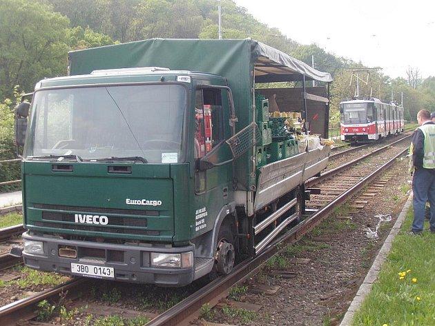 Zaklíněné nákladní auto ve čtvrtek blokovalo provoz v Žabovřeské ulici v brněnských Pisárkách.