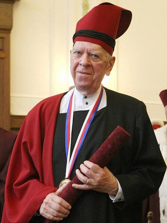 Dramatik Milan Uhde převzal čestný doktorát Janáčkovy akademie múzických umění v Brně.
