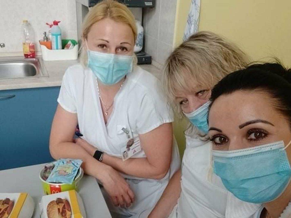 Třeba zdravotníci z Fakultní nemocnice u svaté Anny dostali zdarma oběd z fast foodového řetězce.