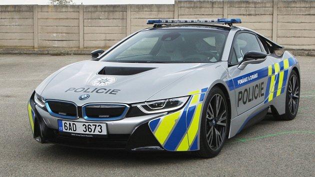 Nové hybridní BMW i8 jihomoravských policistů využívá pohon na elektřinu i spalovací motor.