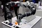 Robot a další exponáty na veletrhu Amper v Brně.