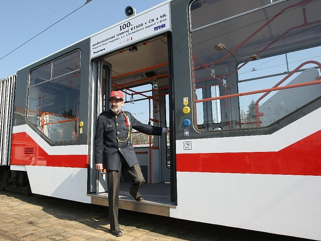 Už sedmadvacátá tramvaj typu KT8D5, která je přestavěná na nízkopodlažní, jezdí po Brně. Nápis nad dveřmi pro kočárky cestující upozorňuje, že tramvaj je stým takto upraveným vozidlem v Česku a na Slovensku.