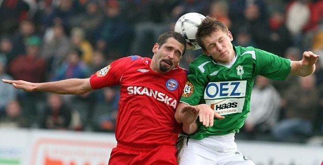 Brněnští fotbalisté (vlevo Petr Pavlík) chtějí napravit zaváhání z Jablonce.