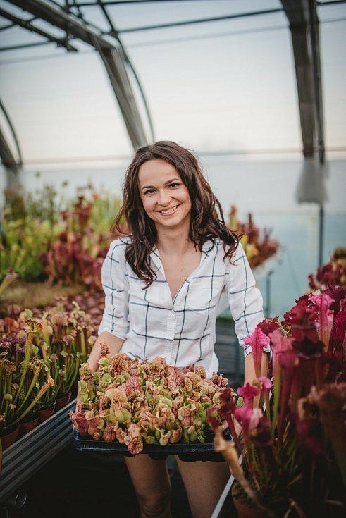 Sběratelka masožravých rostlin Markéta Aubrechtová se svou sbírkou masožravek - špirlic.
