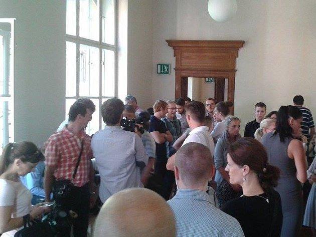 Tlačenice před soudní síní.