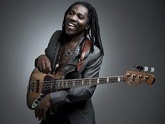 """Kamerunský basový mág Richard Bona přezdívaný """"africký Sting"""" vystoupí ve společném večeru s Danem Bártou v Janáčkově divadle."""