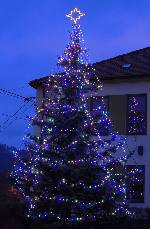 Vánoční strom ve Lhotě Rapotina.