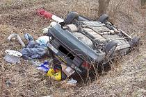 Na nepozornost doplatil ve středu v půl deváté ráno čtyřiačtyřicetiletý řidič, který v Kuřimi na Brněnsku sjel ze silnice do vody. Řidiče museli ze zdeformovaného auta vyprostit hasiči.