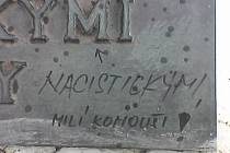 Popsaný památník Františka Šikuly u Brněnské přehrady.
